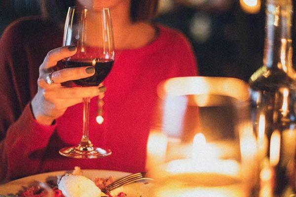 Tomar vinho durante uma refeição pode ajudar na digestão