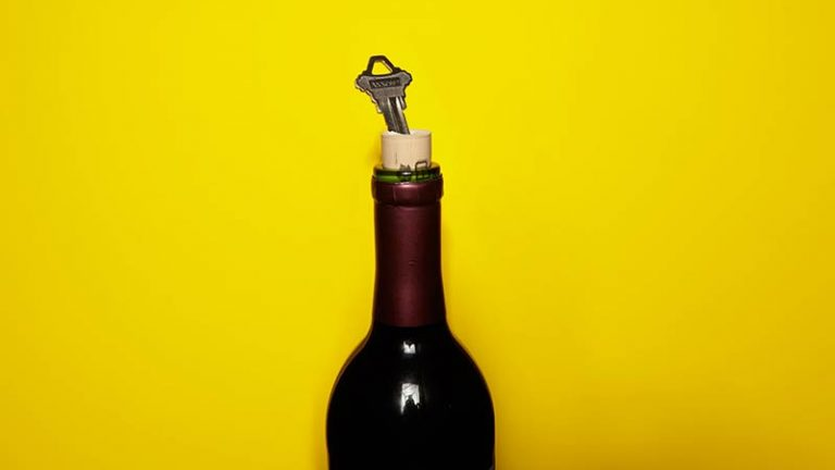 Como abrir vinho usando uma chave