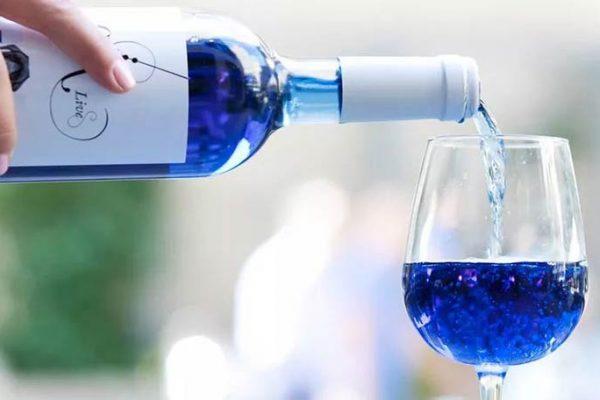 Vinho Azul: Vinícola lança uma versão natural (sem corante e sem açúcar)