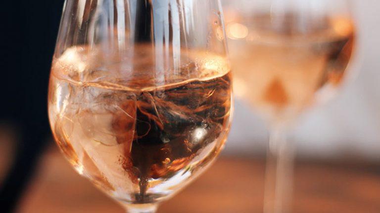 Posso colocar gelo no vinho?