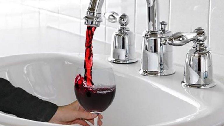Falha fez torneiras de uma cidade italiana jorrarem vinho no lugar de água!