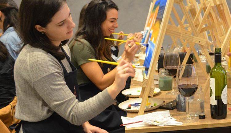 Vinho Tinta: Aprenda a pintar um quadro enquanto degusta um vinho