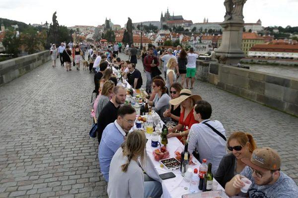 Praga celebra fim da quarentena com um mega jantar público e muito vinho