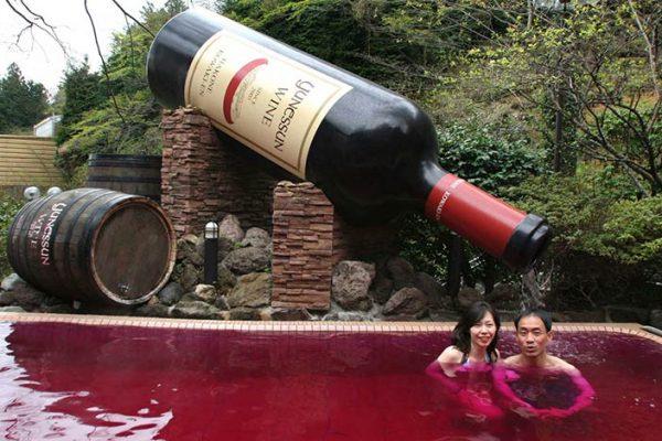 Nesse SPA no Japão você pode nadar em uma piscina de Vinho!