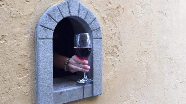 """Pandemia faz italianos reabrirem as """"Janelas de Vinho"""""""