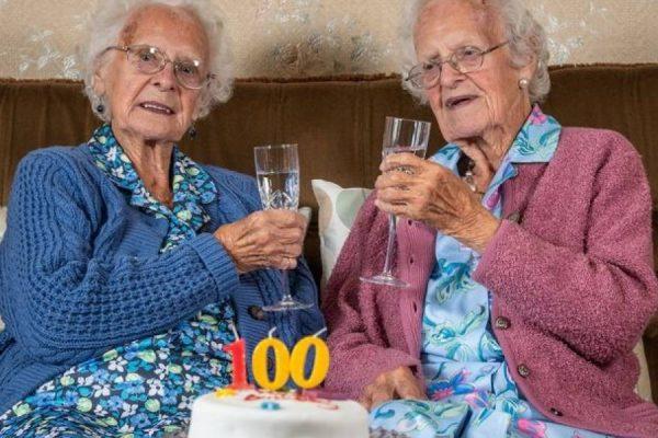 """Gêmeas de 100 anos revelam segredo da longevidade: """"Tomar Vinho Sempre!"""""""