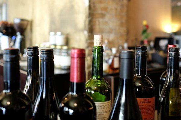 Estudos afirmam que as garrafas de vinho não precisam ser guardadas na horizontal!