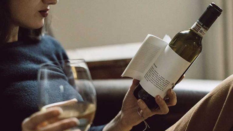 Essa garrafa de vinho têm o rótulo transformado em um livro para você ler enquanto bebe