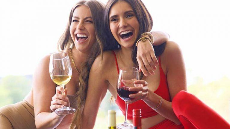 Nina Dobrev e Julianne Hough lançam marca de vinhos